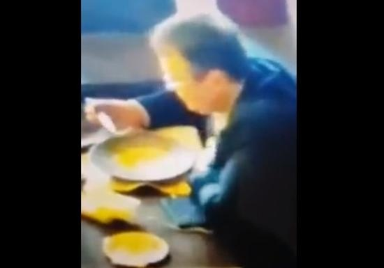 Как лакомо: Геращенко после трапезы вылизал тарелку языком