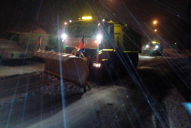 Киев замело снегом на дорогах работает более 300 единиц спецтехники В Киев пришла настоящая зима