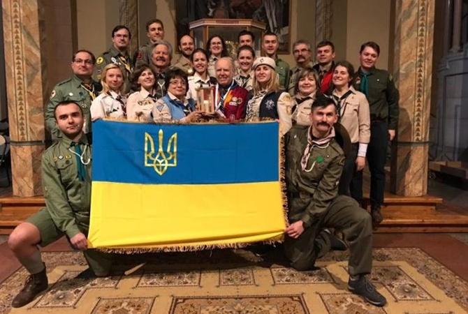 Встолицу страны Украина доставили Вифлеемский огонь мира