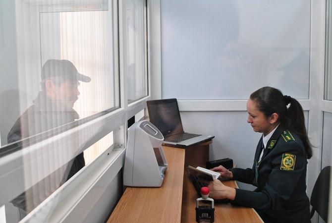 Неменее  половины украинцев против введения визового режима сРФ— Опрос