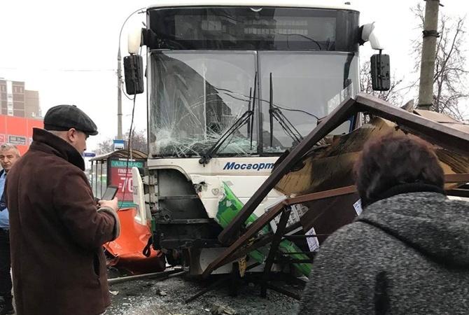 27184ae05e90 В СМИ появилась видеозапись с камеры автобуса, который врезался в остановку  общественного транспорта в Москве. Об этом сообщил life.ru .