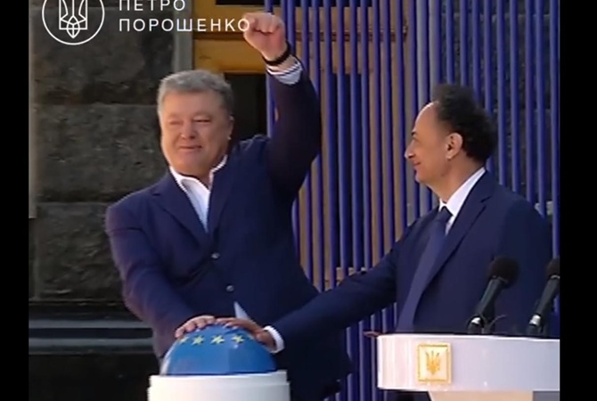 Порошенко обратился сновогодним поздравлением кжителям Крыма иДонбасса