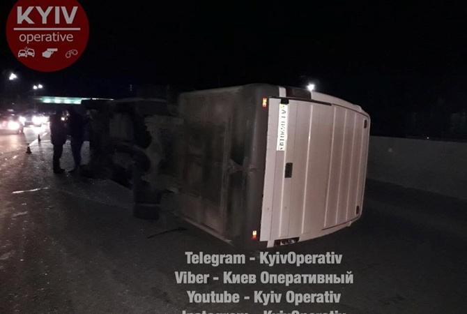 Под Киевом после столкновения перевернулась маршрутка с пассажирами