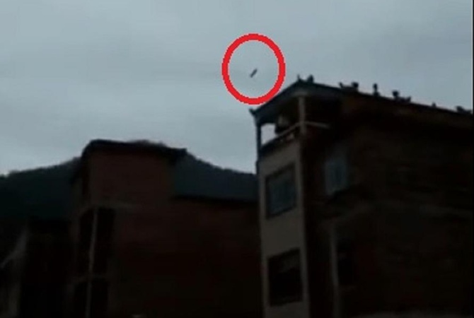 Ступень ракеты упала ивзорвалась рядом скитайской деревней