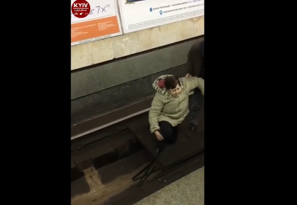 Встоличном метро женщину толкнули нарельсы