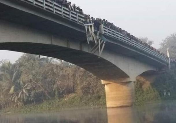 ВИндии автобус рухнул вреку, 10 человек погибли
