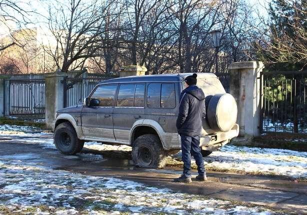 ВЧерновцах вседорожный автомобиль наполной скорости влетел востановку слюдьми