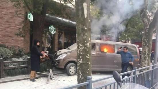18 человек пострадали при наезде фургона натолпу пешеходов вШанхае