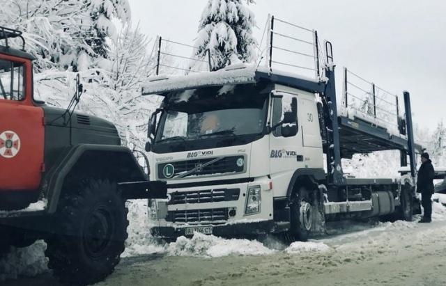 Стали намертво. дорогу Киев-Чоп парализовали пробки иснег