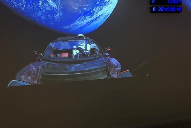 Илон Маск показал последнее фото своего спорткара наорбите Земли