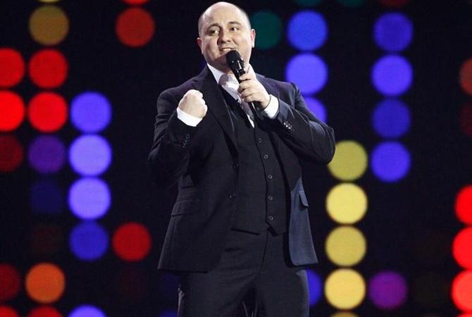 Известный комик поднял судью шоу «Голос країни» стренерского кресла