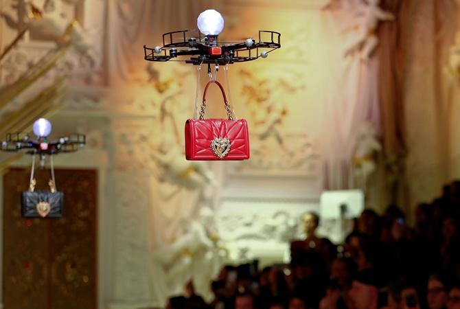 Dolce & Gabbana устроила показ сумочек спомощью дронов