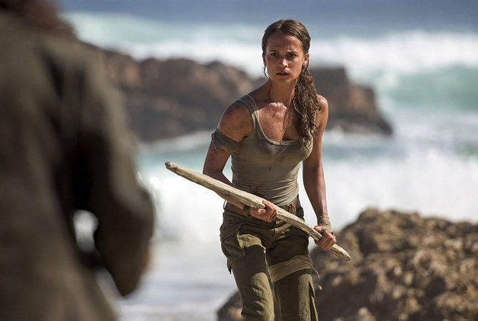 Анжелина Джоли посетила кинотеатр ссобственными детьми и поглядела новейшую «Лару Крофт»