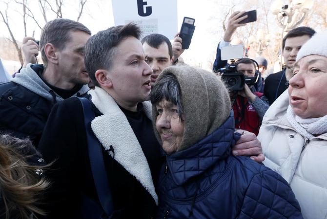 Савченко зачитали подозрение изадержали для доставки встоличный СБУ