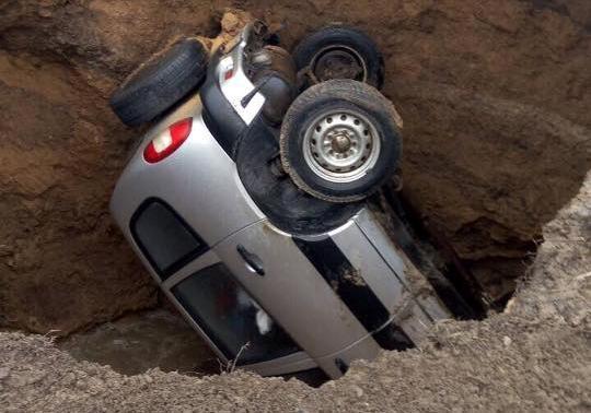 ВХарькове автомобиль провалился под землю