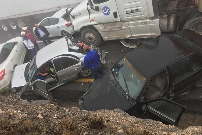 Натрассе вМексике одновременно столкнулись 50 автомобилей