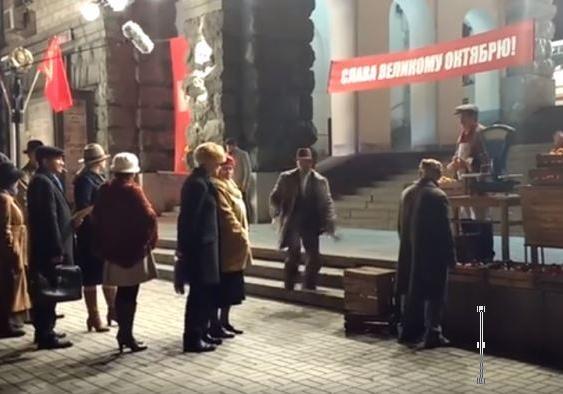 Неожиданно: наКрещатике ночью развернули красные флаги итранспаранты «Слава Октябрю»