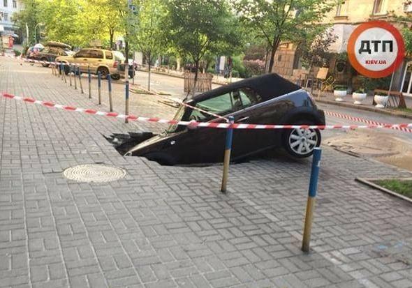 ВКиеве автомобиль засосало вкоммунальную дыру