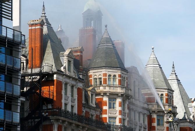 Практически 100 пожарных гасят пятизвездочный отель вцентре Лондона