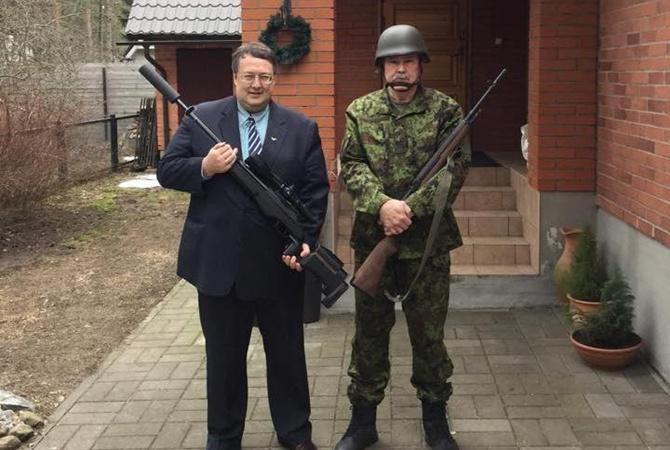 Картинки по запросу Антон  Геращенко фото с пистолетами
