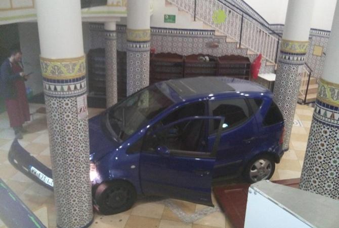ВоФранции мужчина въехал наавтомобиле вмечеть фото