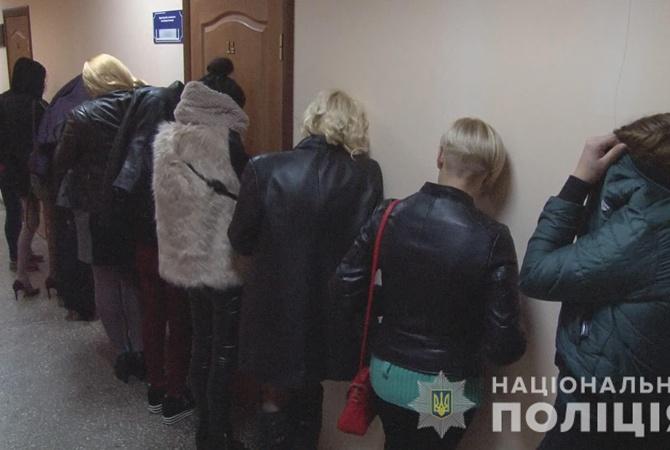 smotret-seks-militsiya-zaderzhivaet-prostitutku-beliy-konchil-v-chernuyu-popu