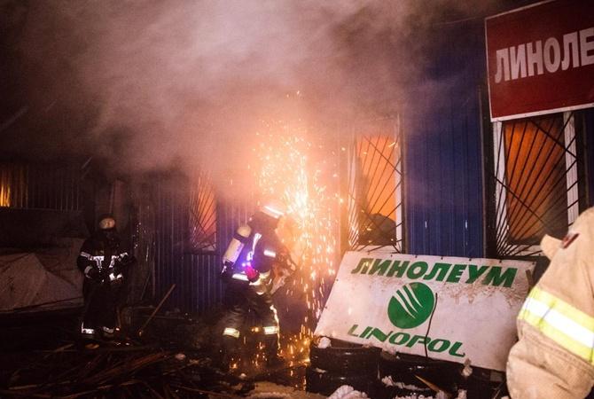 Масштабный пожар произошел нарынке «Юность» вКиеве