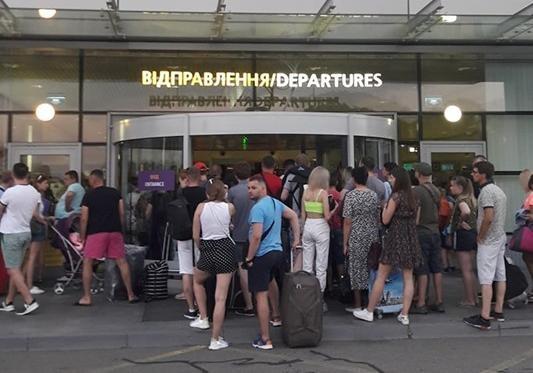Ваэропорту украинской столицы пассажиры взбунтовались изаблокировали терминал
