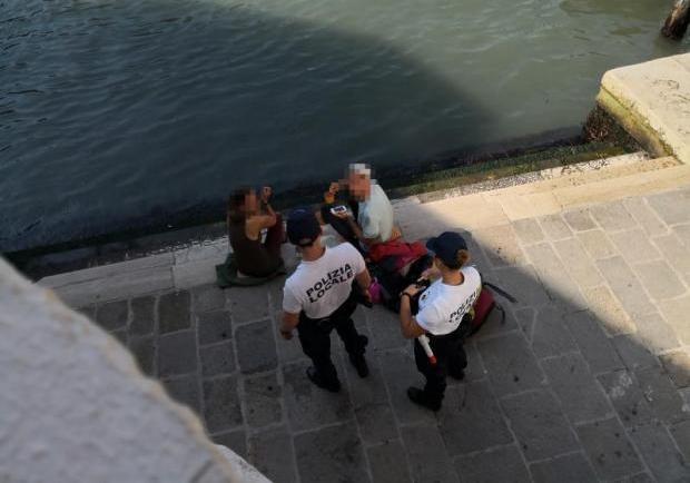 В Венеции на 950 евро оштрафовали туристов которые варили кофе на мосту Риальто
