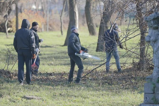 В Днепре неплательщиков алиментов заставили убирать парки