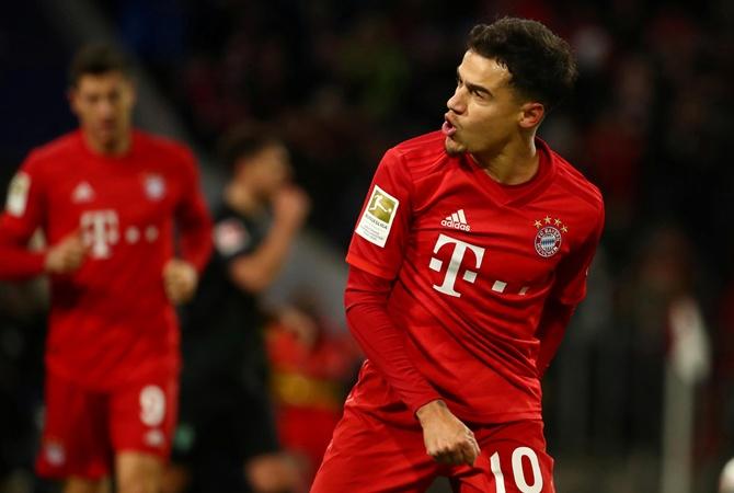 """Футболіст """"Баварії"""" грає в дитячій формі. Дорослі футболки на нього занадто великі"""
