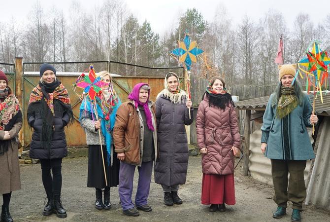Художница Zinaїdа вместе с этнографами, музыкантами и волонтерами организовала традиционные поздравления для жителей зоны отчуждения