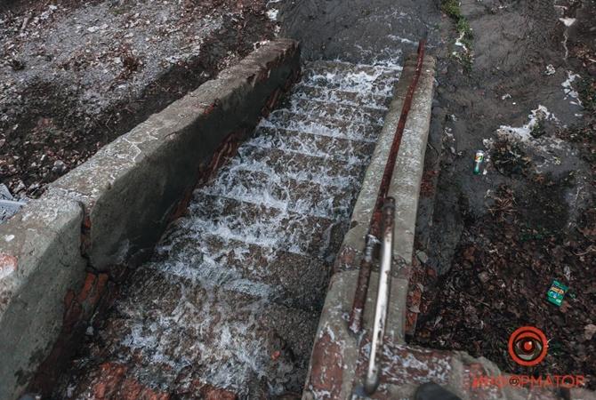 Потоп в Днепре: несколько кварталов залило водой из прорвавшей трубы