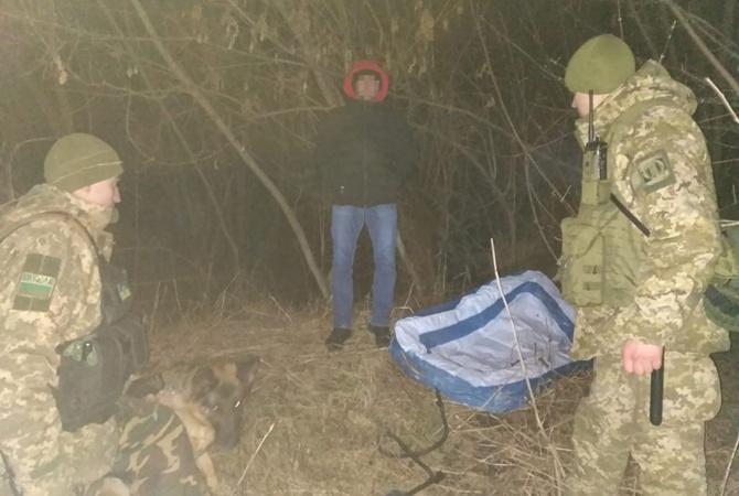 Прикордонники затримали чоловіка, який намагався потрапити до Молдови на дитячому гумовому басейні [фото]