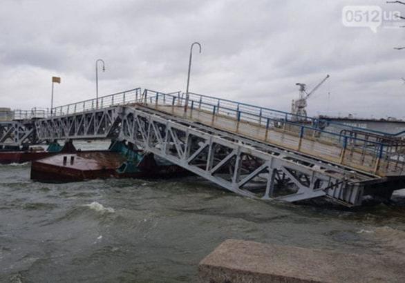 В Николаеве штормовой ветер частично разрушил мост