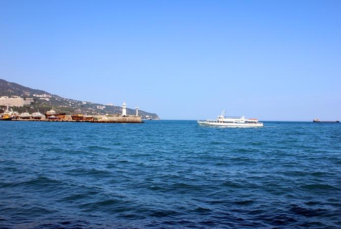 Жители Крыма: Если туристы доберутся до курорта, дальше мусорного бака и магазина их не пустят