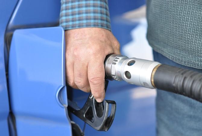 Большая разница: сколько бензина можно купить на среднюю зарплату в разных странах