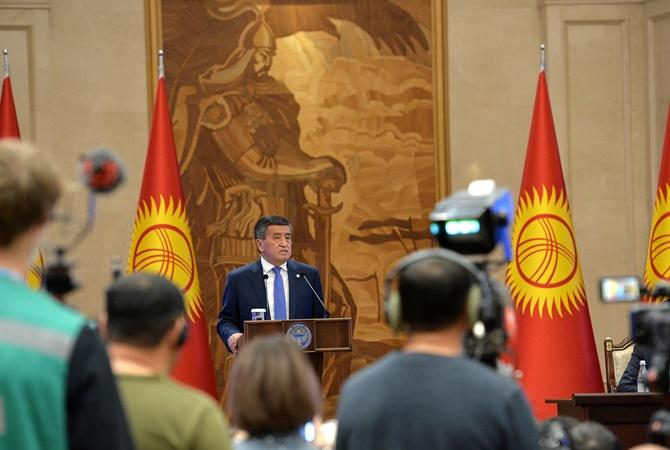 Парламент Кыргызстана отправил президента в отставку под аплодисменты