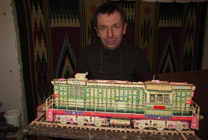 Житомирянин-рекордсмен построил из спичек 15 поездов