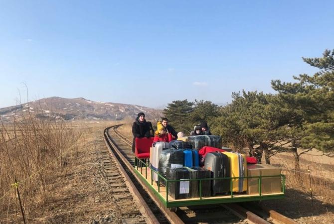 Сотрудник посольства РФ более километра толкал самодельную дрезину с людьми и чемоданами, чтобы выехать из КНДР